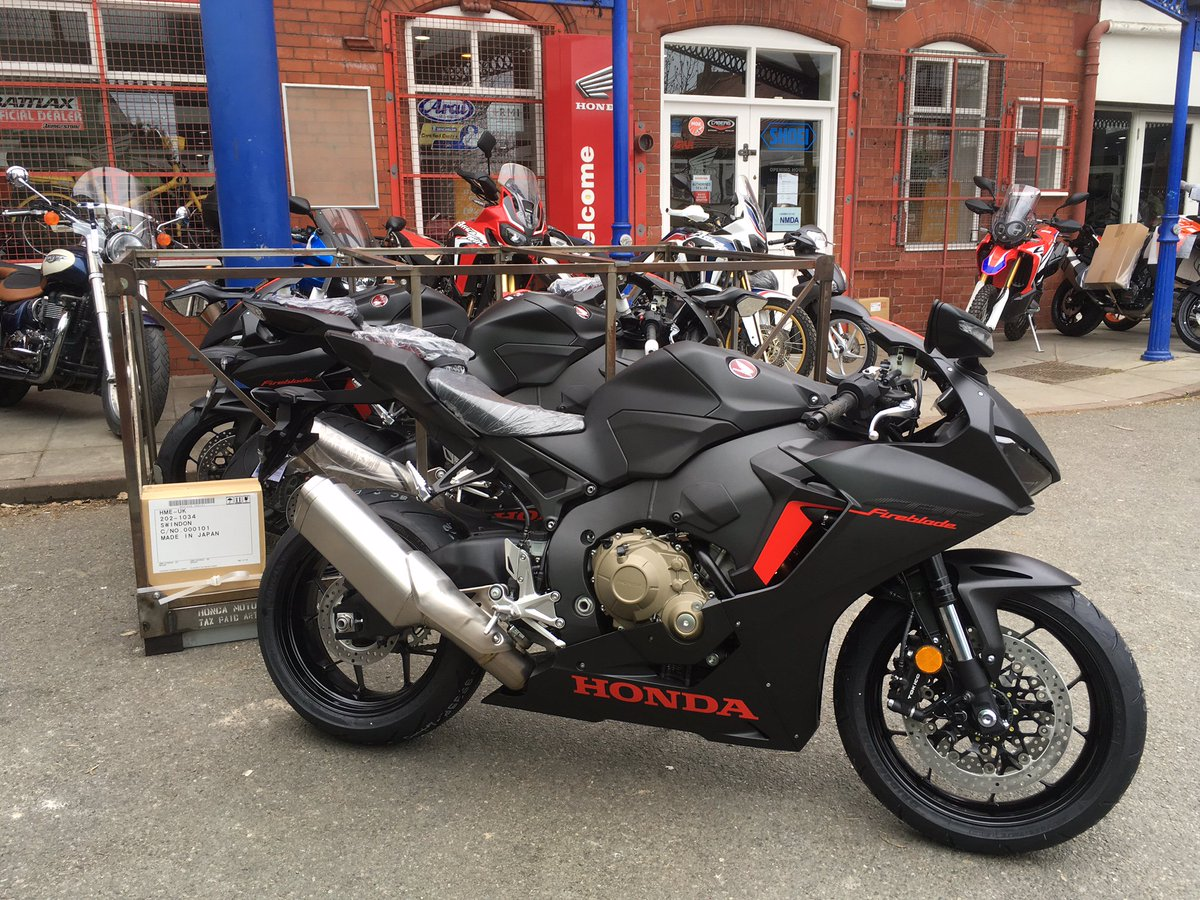 There will be some excited customers this morning - a trio of black #Fireblades have just arrived! @HondaUKBikes<br>http://pic.twitter.com/3KWYzQgT52