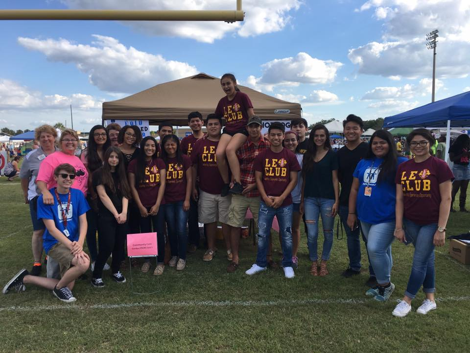 #PlantCityLionsClub &amp; #PCLeos are at the 2017 #RelayForLife at #PCHS. They are serving hotdogs and ice cold bottled water. #LCI <br>http://pic.twitter.com/6BVIMwTAKG