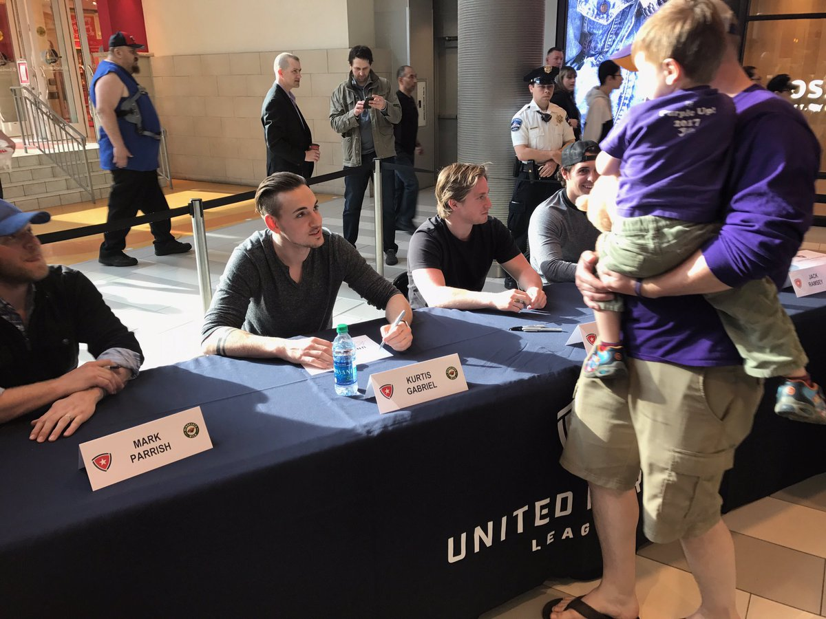 .@kurtisgabriel and @jkloos15 signing autographs for @United_HL today.