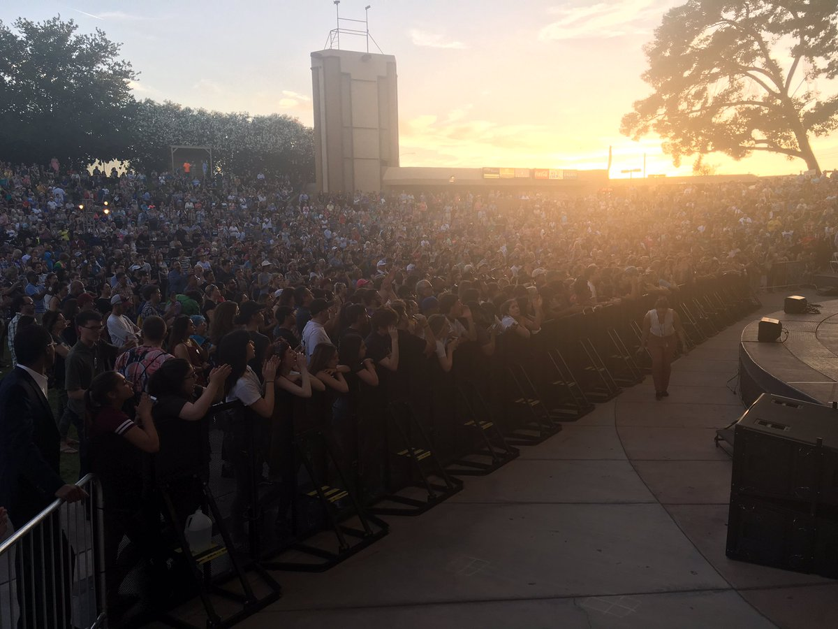 Crowd in Mesa 45 minutes before Bernie speaks https://t.co/99pJgqWRpi