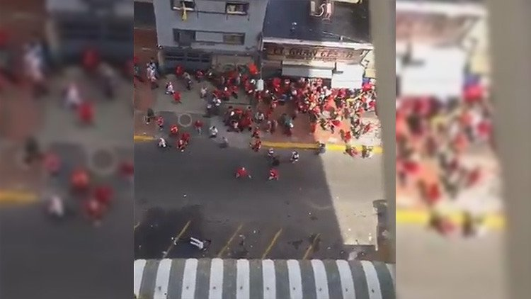 FUERTE VIDEO: Herida grave una mujer al golpearle una botella arrojada contra la marcha chavista https://t.co/8kZdzTXLcc https://t.co/nLKv6J9YJB