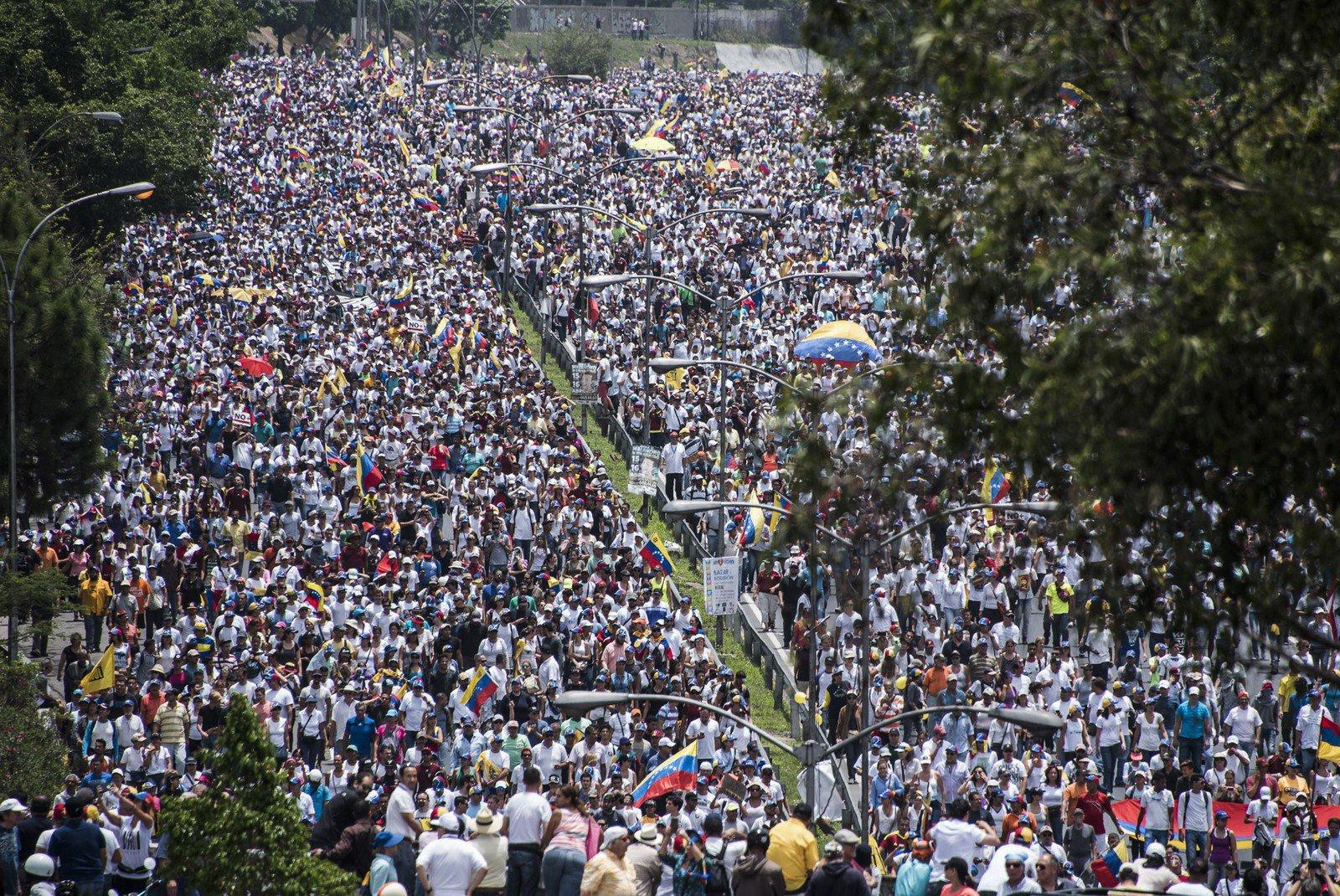 Manifestantes contra e pró Maduro vão às ruas na Venezuela - https://t.co/29J7qk57o8 https://t.co/Pr4wviX8Fy