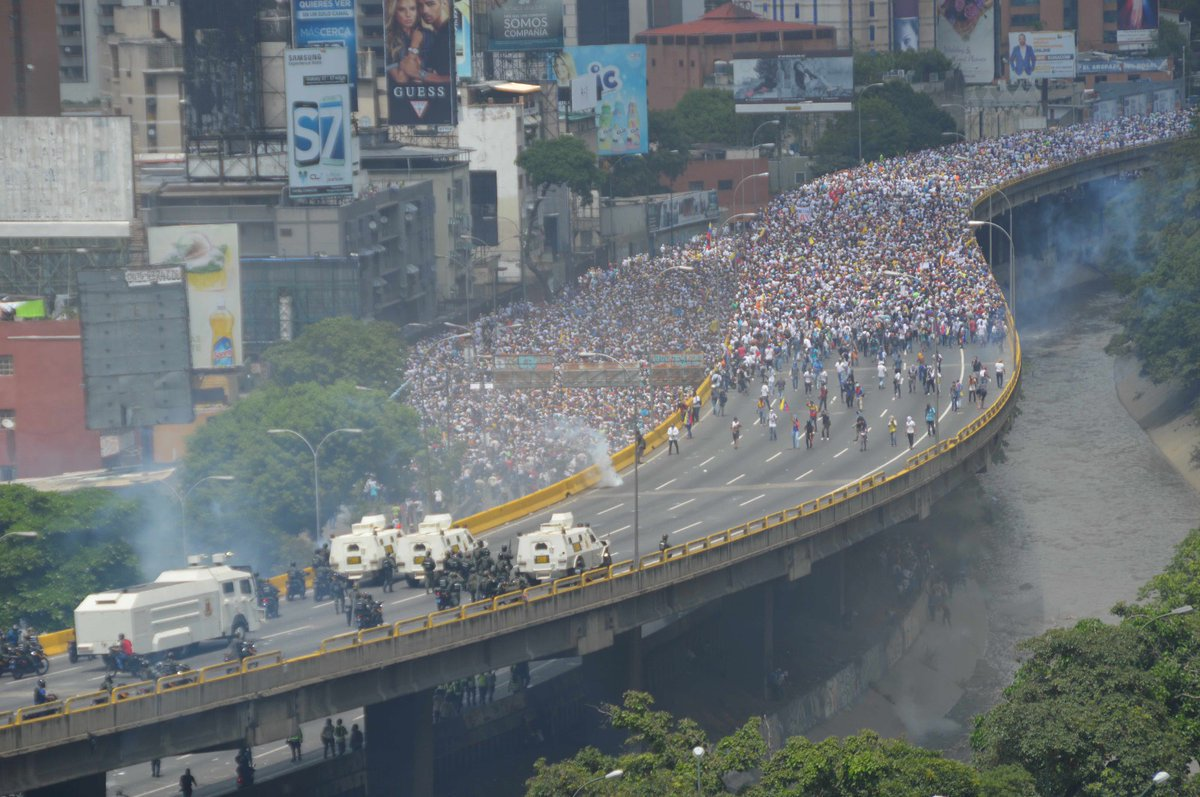 "Tanquetas, gases y disturbios: ""la mamá de todas las marchas"" en Venezuela https://t.co/R04Kp4U0v9 by #nacholacriatura via @c0nvey https://t.co/HTW93jM8Vp"