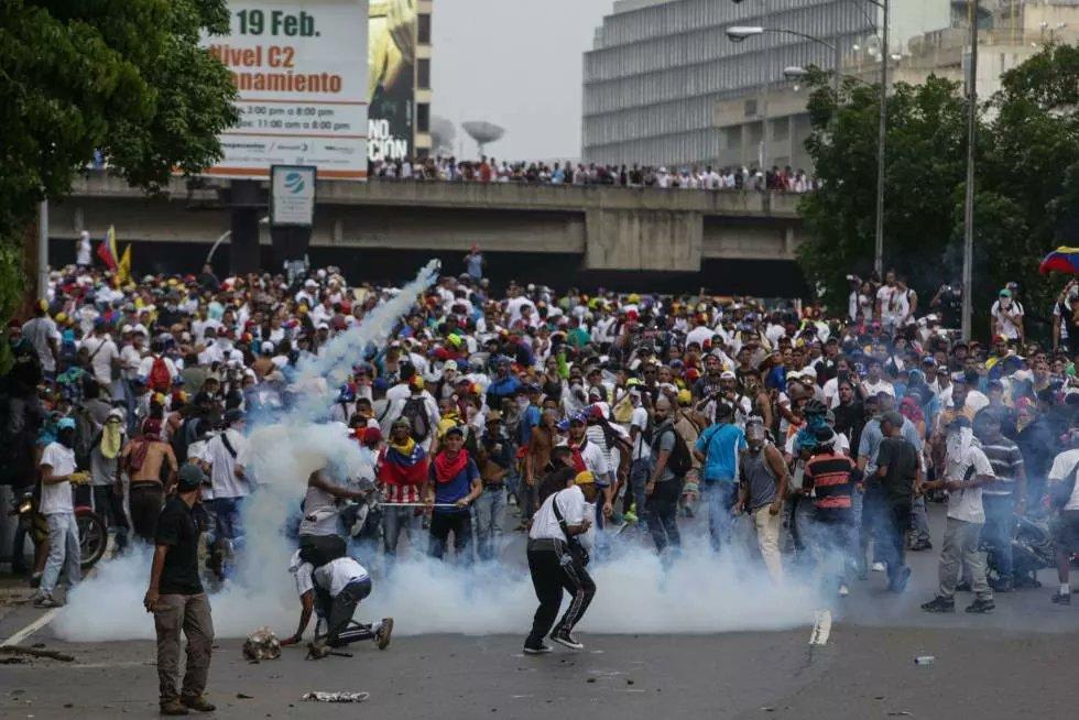 Maduro hijo de puta ya hay dos muertos en la calles de #Venezuela. Estoy totalmente indignado  #VenezuelaSomosTodos https://t.co/Gf0CSgJeXW
