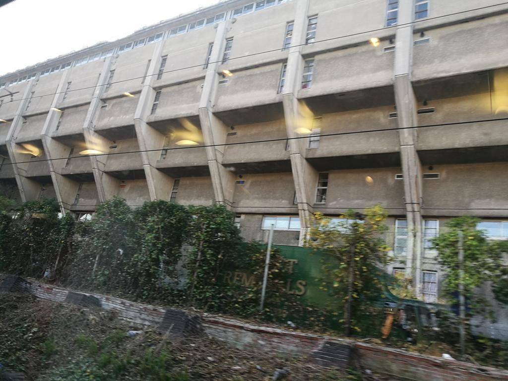 Failing rail infrastructure offers a chance to appreciate the backside of Neave Brown's fab #brutalist Alexandra Rd Estate https://t.co/rMKG3p3gaT