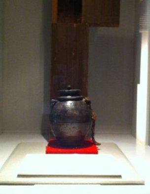 妖怪道中記:隠れキリシタンの地、天草を訪ねた。中でも印象に残ったのはこの壺。キリスト信者が亡くなった際、葬儀で表向きは仏教式に僧侶が念仏を唱えるが、隣の隠し部屋では家族がこの壺を持って念仏を封じキリスト教の祈りを捧げたりしたそうだ。