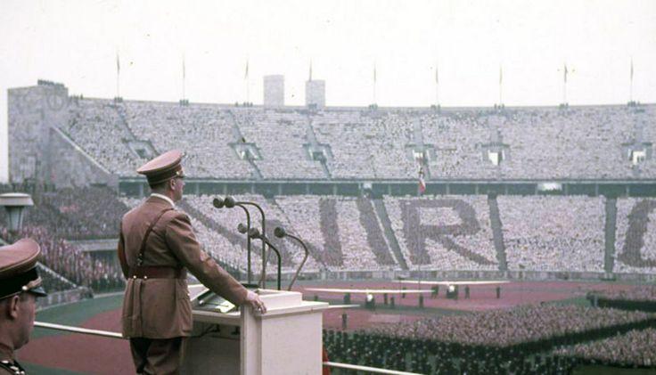 #20deAbril del 90, además de ser la canción de #CeltasCortos, es la fecha del nacimiento de Adolf Hitler. Aquí el fürher viendo al Betis pic.twitter.com/NxlfEl17oV