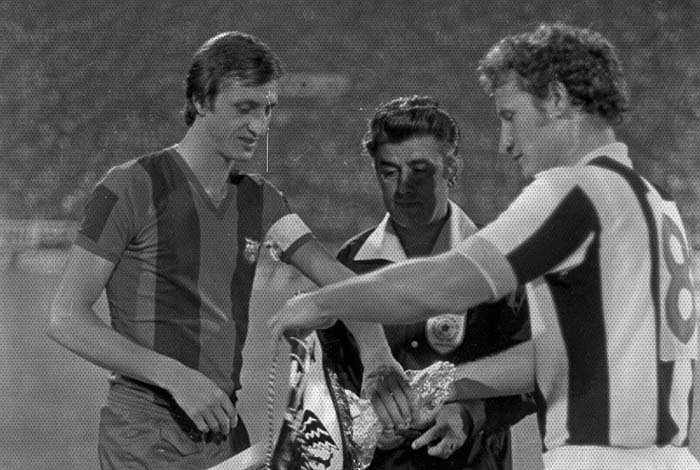 FC Barcelona was our first opponent for #UEFA Cup back in 1975. #PAOK won 1-0 at the first leg at #Toumba #PAOKhistory #91bday<br>http://pic.twitter.com/vEu645OYuh