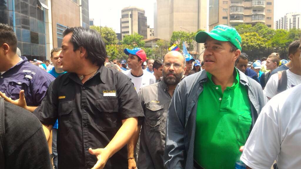 Unidos con nuestros hermanos que vienen de Altamira, hacia la Av. Libertador #MaduroDictador https://t.co/6z9zyWsyx7