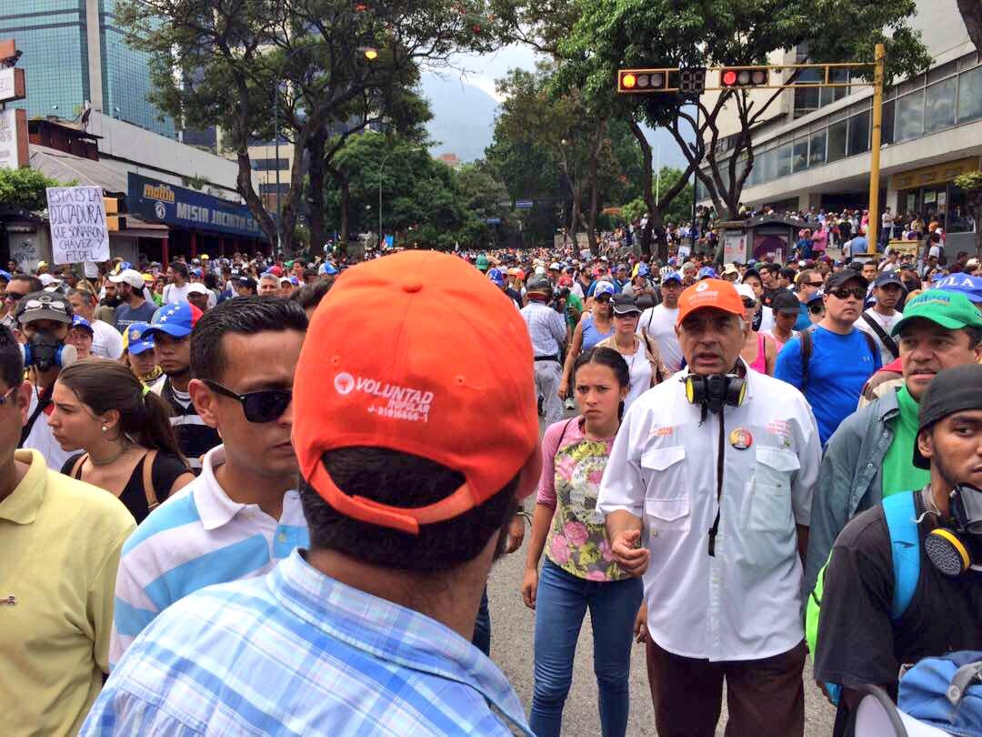 1:30 PM Junto a demás dirigentes tomaremos la autopista pacíficamente para llegar a la defensoria! #20VzlaResisteEnLaCalle https://t.co/d34Mh2oQqJ