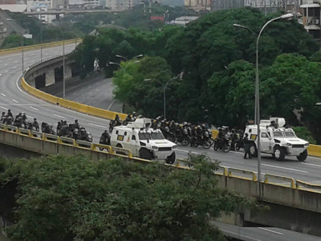 Aguardando... 1.45 pm #20abril #Caraca Vía @cecicaione https://t.co/DbmGjbk77D
