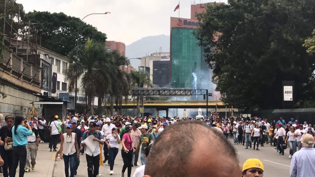 Las Mercedes 1.48 pm #Caracas #20abril Comienzan a lanzar bombas. Vía @NorisArgotte https://t.co/34UFM4LsHq