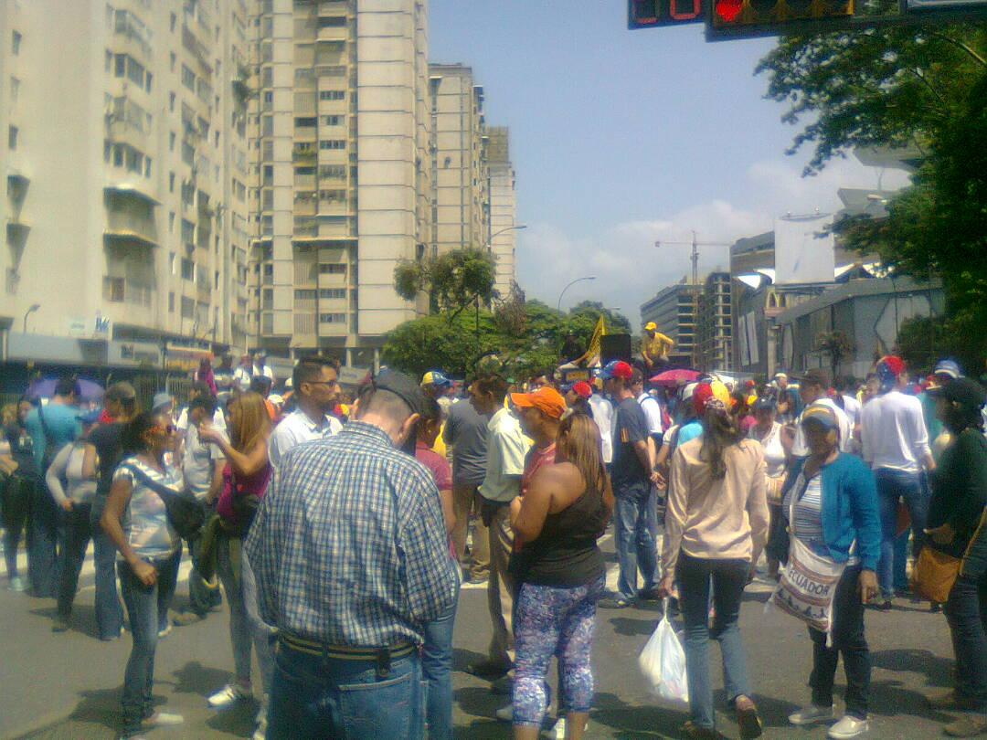 Ntn24 venezuela on twitter minuto a minuto opositores se concentran en la california al este de caracas 20abril https t co tlv24wklan