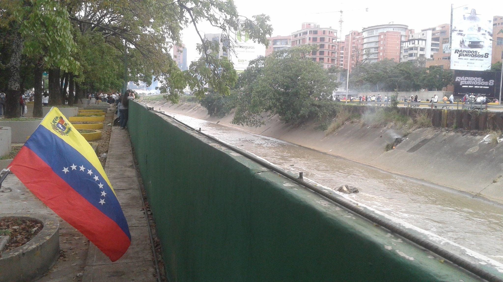 Continuán los enfrentamientos en la autopista Francisco Fajardo, altura Las Mercedes #Caracas https://t.co/Z8VlSUEXXX