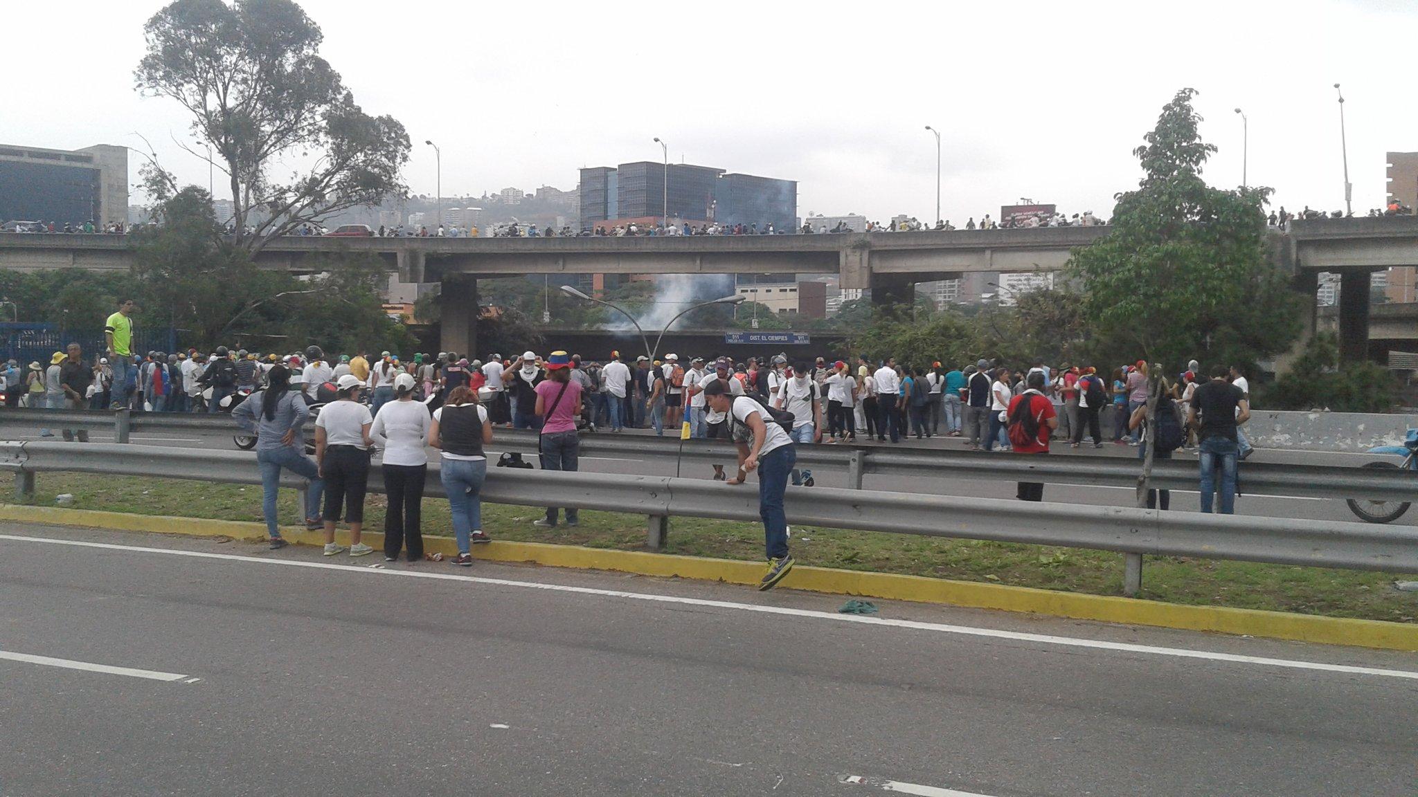 Bombas lacrimógenas en la autopista Francisco Fajardo, altura Dist. Ciempies https://t.co/5wmuzrAh36