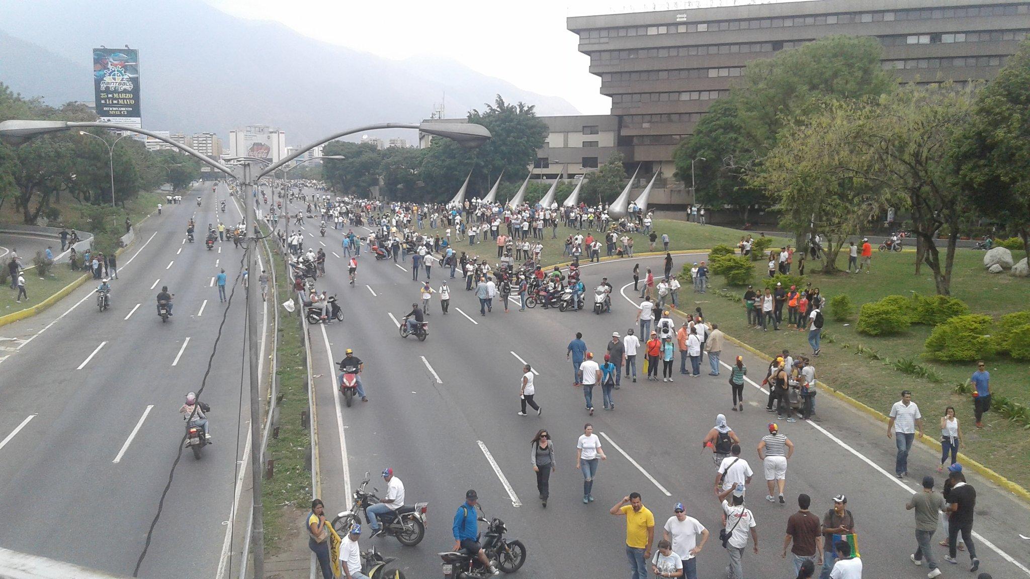Autopista Francisco Fajardo, altura CCCT #Caracas https://t.co/KIYMkAOYVj