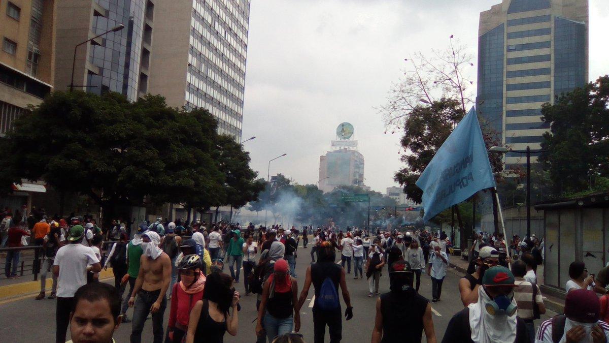 Seguimos en El Rosal siendo salvajemente atacados por la GNB, pero no daremos marcha atrás. ¡Si se puede! #20VzlaResisteEnLasCalles https://t.co/liy3pMENNl