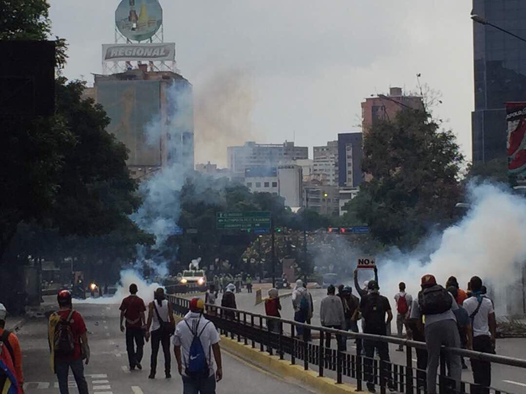 3:15pm - Continua la represión en la av. Francisco de Miranda, 4 horas resistiendo y aquí seguimos #20VzlaResisteEnLaCalle https://t.co/YBZkB4cAJN