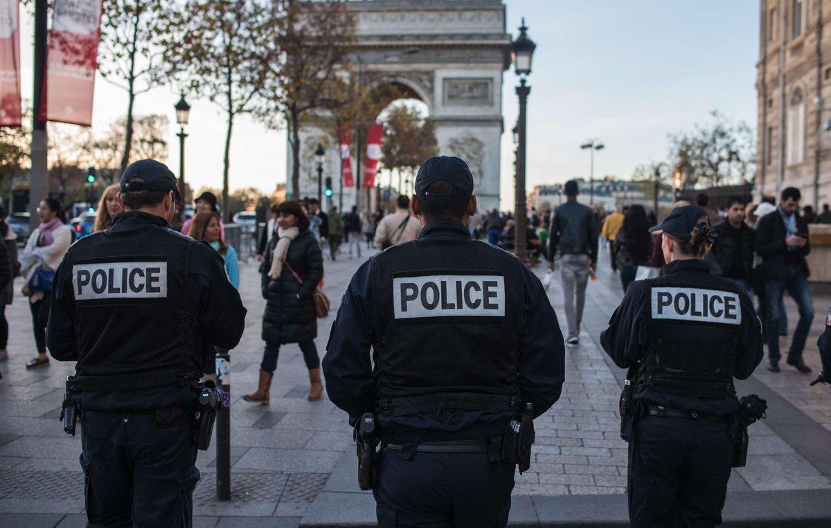 🔴[DIRECT] Au moins un policier tué sur les #ChampsElysees un autre grièvement blessé et le tireur présumé neutralisé https://t.co/J1OxPcPxFA