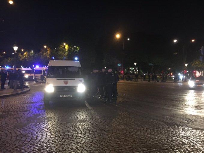 Voir l'image sur Twitter Fusillade aux Champs-Elysées : un policier tué, l'assaillant abattu