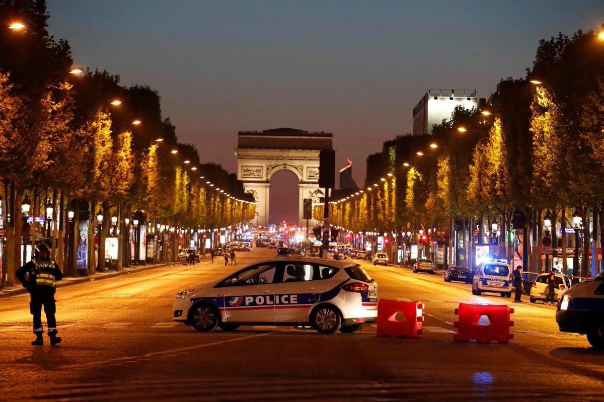 """#Attaque des Champs Elysées : """"un policier mort, 2 grièvement blessés, l'assaillant mort, les policiers étaient visés"""" #Paris pic.twitter.com/peunMUcL1i"""