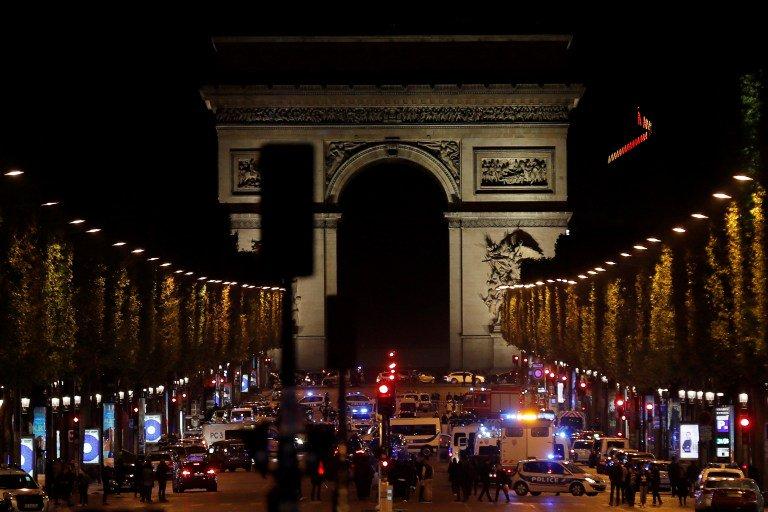 Coups de feu sur les #ChampsElysees : un policier tué, son assaillant abattu  http:// 5minutes.rtl.lu/laune/actu/102 7788.html  …  #Paris #Fusillade #attaque pic.twitter.com/3RGXpZaWL5