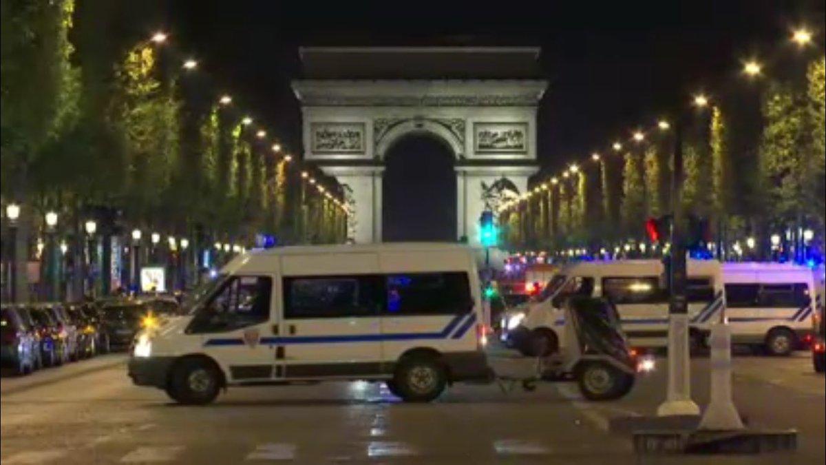 Один полицейский умер в стрельбе врайоне Елисейских полей встолице франции