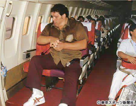For #TBT: Andre the Giant flying out of Japan in 1980! https://t.co/hbRQrmSwyA https://t.co/ZrKzWbrODr