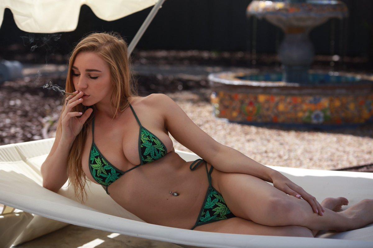 Smokin girls sexy stoners