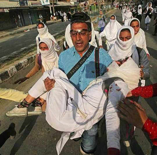 Photojournalist drops camera to help injured Kashmir girl during clashes (PHOTO)