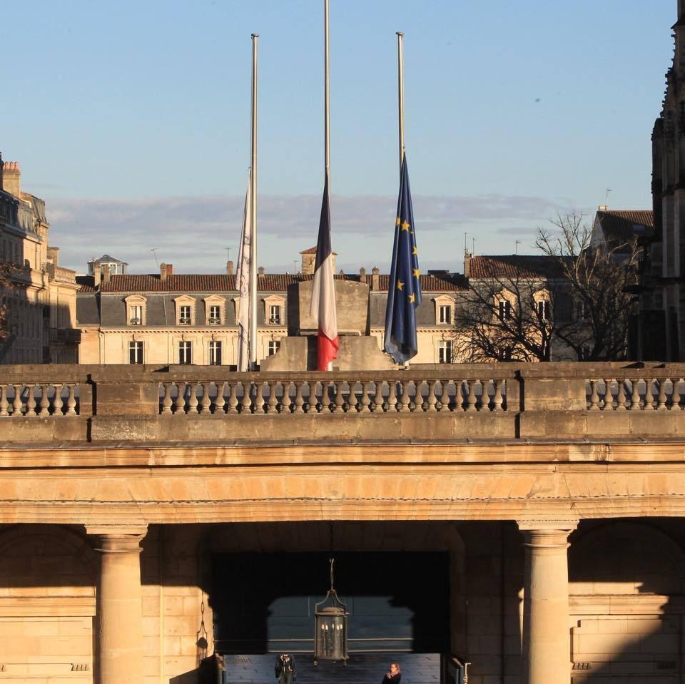 En hommage aux policiers et en solidarité avec nos forces de l'ordre, j'appelle les Bordelais à se rassembler à l'Hôtel de ville à 12h. 🇫🇷