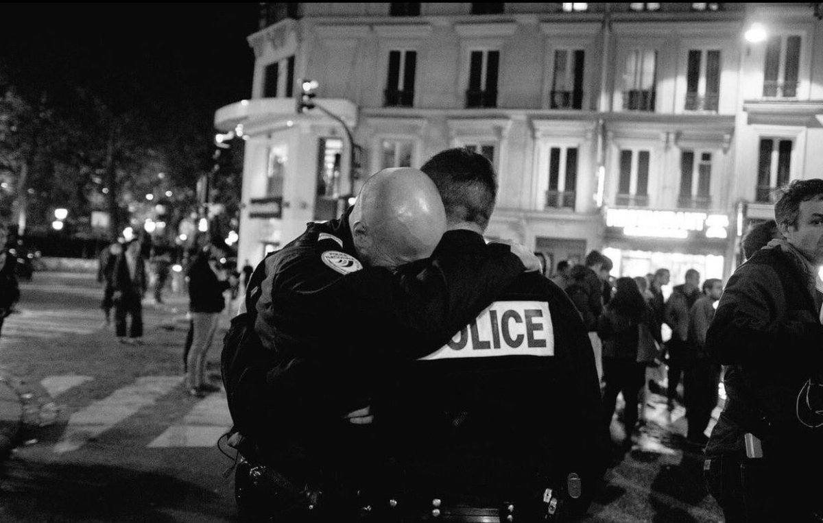 Les forces de l'ordre et les #champselysees visés. Symboliquement, l'#attaque laissera des traces à 2j de l'#Elections2017  #paris pic.twitter.com/4Xa1GIv683