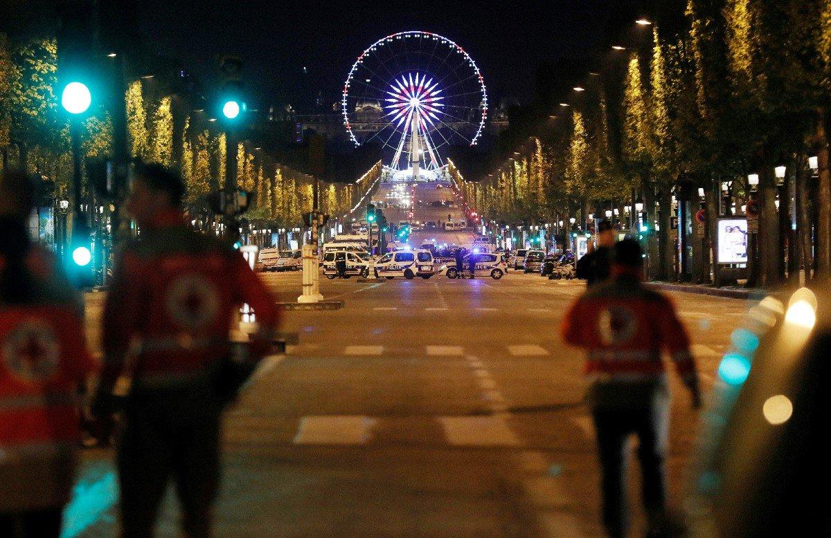 """#BREAKING""""La police française recherche un deuxième suspect après l'#attaque terroriste de #Paris hier ( Reuters)."""" #AlerteInfo #Urgentpic.twitter.com/cnskQQAbWb"""
