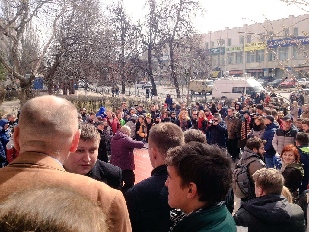 A crowd in Vladimir waits for Alexei Navalny.