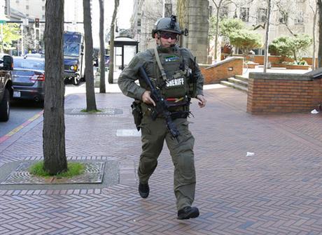 3 Seattle officers shot; 1 suspect dead, 2 in custody  http:// wp.me/p5hgNl-2oMO  &nbsp;   #Wakeupwith10 <br>http://pic.twitter.com/zONG2PxjoN