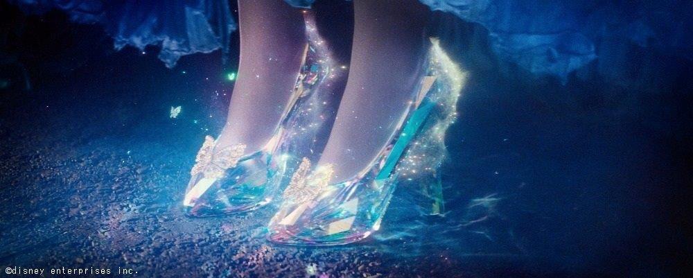 シンデレラを演じたリリー・ジェームズさんの足のサイズは26.5センチだそうですー ガラスの靴に脚を入れるシーンはCGだったそうで、脚専用の役者さんもいたそうですが、リリーさんはスワロフスキー製のガラスの靴を壊さないか不安でドキドキだったとか  #ガラスの靴 #シンデレラ