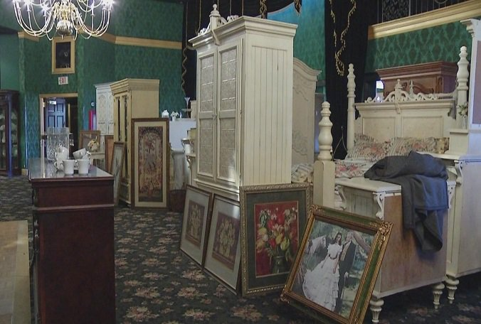 Red Rose Inn 39 S Iconic Furniture Memorabilia To Be Auctioned Off Tampa News