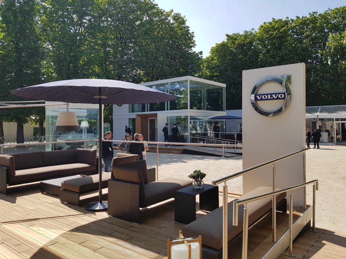 En toute tranquillité, Volvo a installé un showroom pour son #NouveauXC60 dans les Tuileries pour 10j. Bon, elle est belle quand même ;) pic.twitter.com/DILrTKmyGd