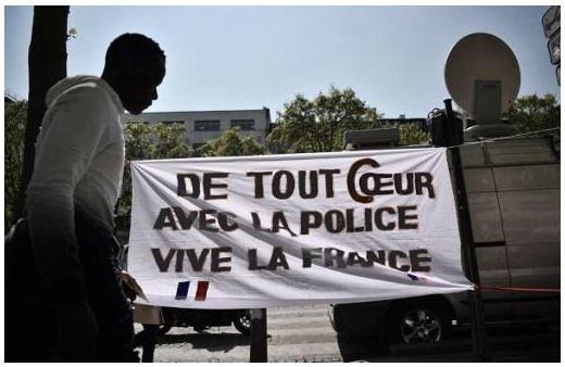🔴 DIRECT - Une affiche de soutien à la police sur les Champs-Elysées #attentatchampselysees https://t.co/ENl7fkKtYD