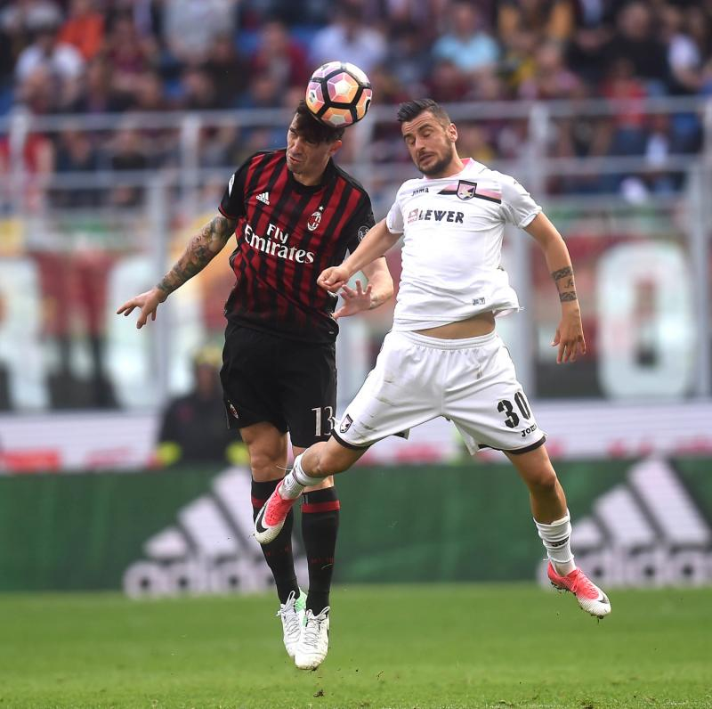 Aerial battle between Alessio Romagnoli and Nestorovski; photo: AC Milan