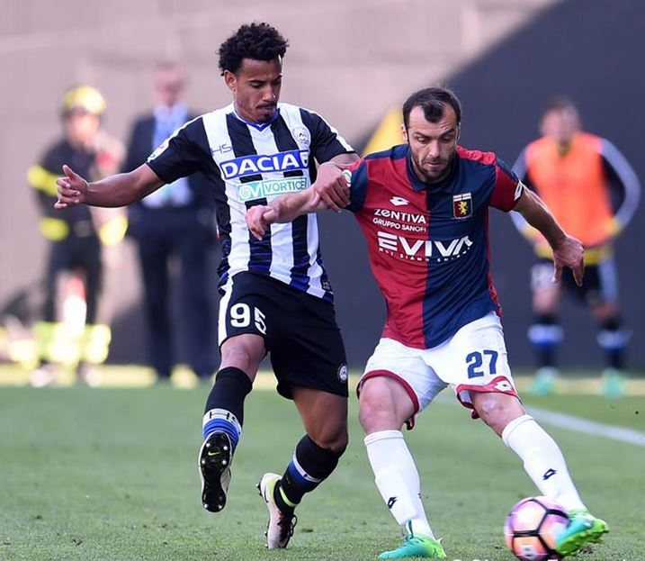 Pandev in a duel with Lucas Evangelista; photo: Genoa CFC