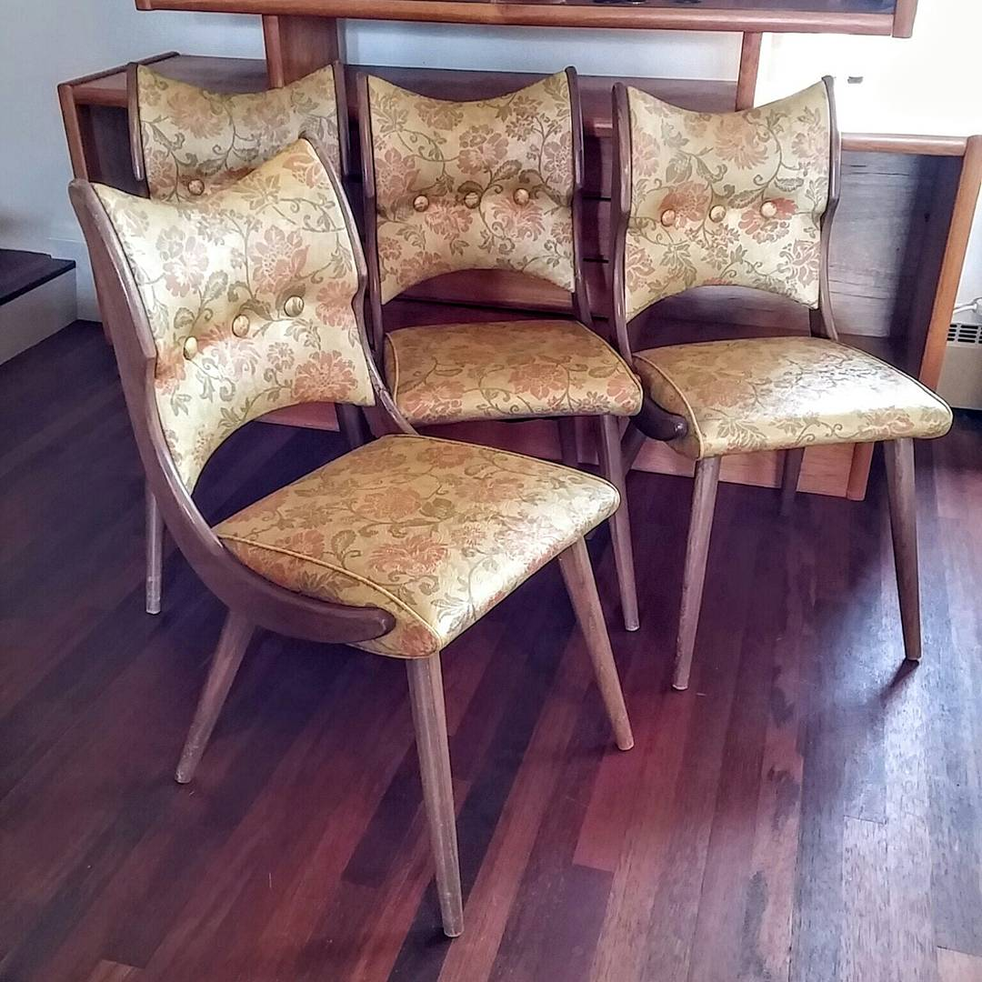 These vintage dining chairs are absolute gems. Being sold in our FB page. See bio. #midcenturymodern #vintagechairs #funkychairs #retropic.twitter.com/7ukwDRbr7e