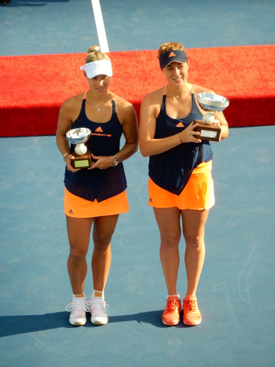 Poražená finalistka Angelique Kerberová a vítězka Anastasia Pavljučenkovová