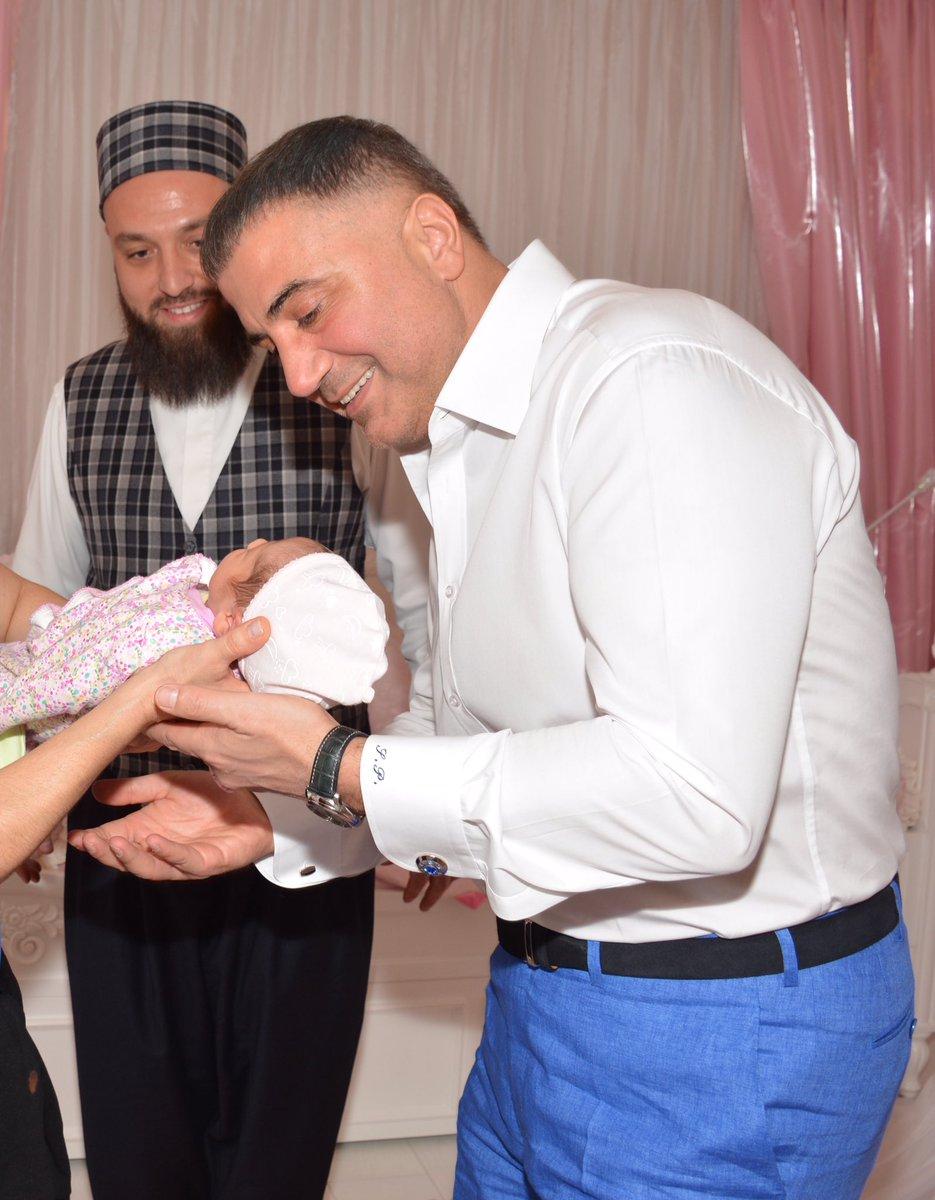 """Sedat Peker в Twitter: """"Yeni doğan kızım Mila'nın kulağına Muhammed Gül Hoca tarafından isminin okunma duasının fotoğrafları (3 Adet)… """""""