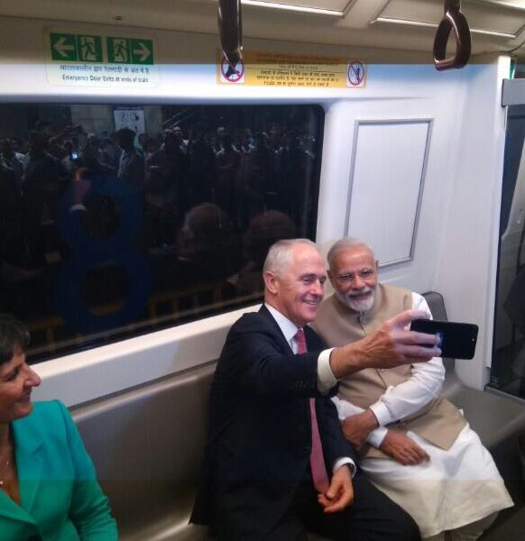 On board the Delhi Metro with PM @TurnbullMalcolm. We are heading to the Akshardham Temple.