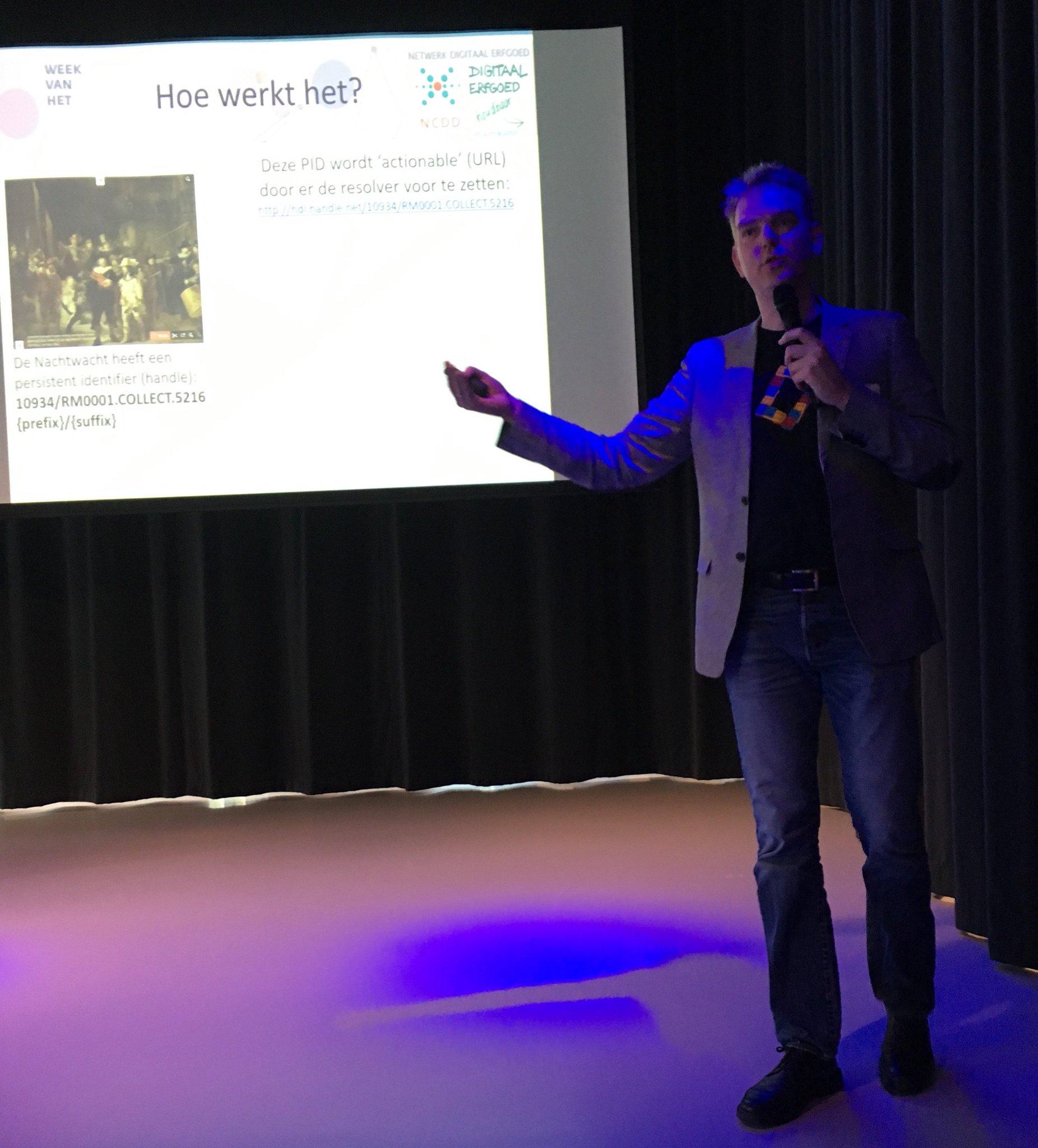 Remco van Veenendaal geeft een introductie in persistent identifiers. #17WDE @info_NCDD https://t.co/nP7NbpZ5M3