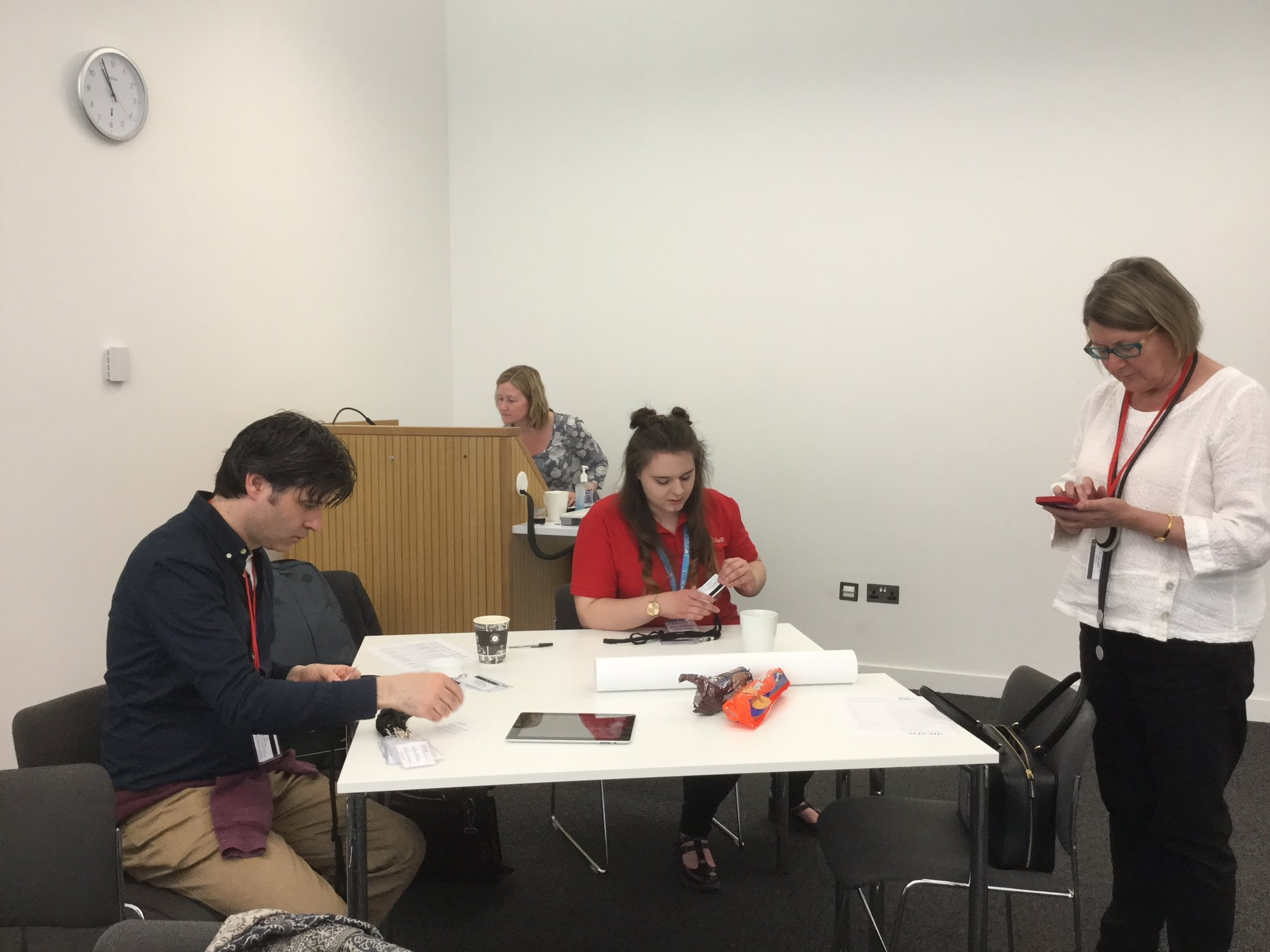 Preparing lanyards for #aldcon @UniOfHull fuelled by biscuits, as with all great endeavours @estebanrooney @DebbieHolley1 https://t.co/GdFa6Zpcsq