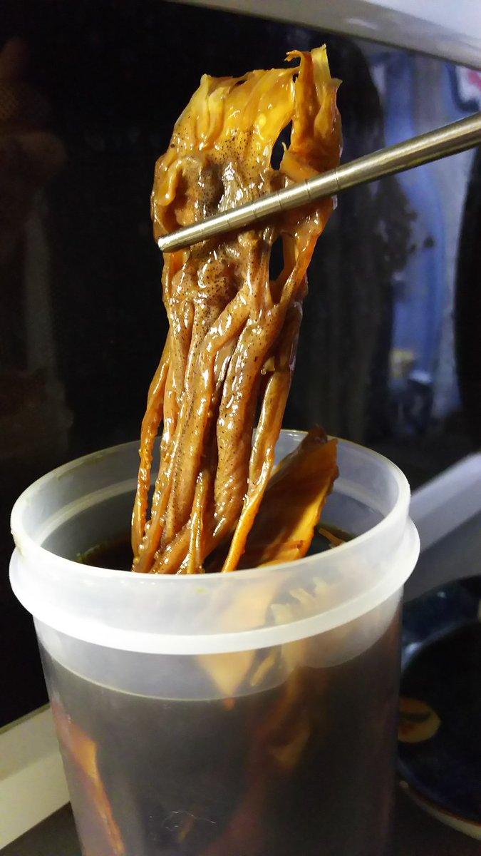 安いけど硬いスルメをですね、安いパック酒と醤油を6:4の液に漬けて冷蔵庫で寝かせて、軟かくなったらレンジでちょっと温めると美味しいんですよ、よく余る小袋の生姜やワサビ、山椒、七味、胡椒等を気分で入れても楽しいんですよ。お酒が消えるんですよ。 pic.twitter.com/TkBWlcF4AN