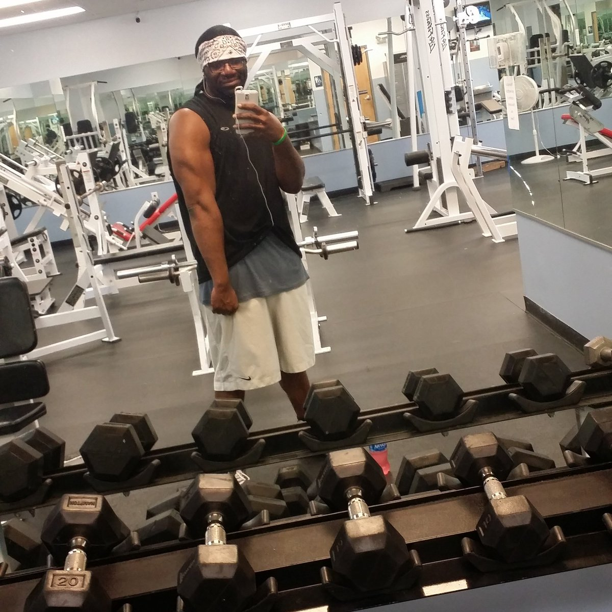 Solid workout tonight #fitfam #gymlifestyle #Gohardeveryday #liftingheavyshit #youcanchangetoo #NewYearSameMe #bodybuilder #marathon pic.twitter.com/idvsoO4iM4