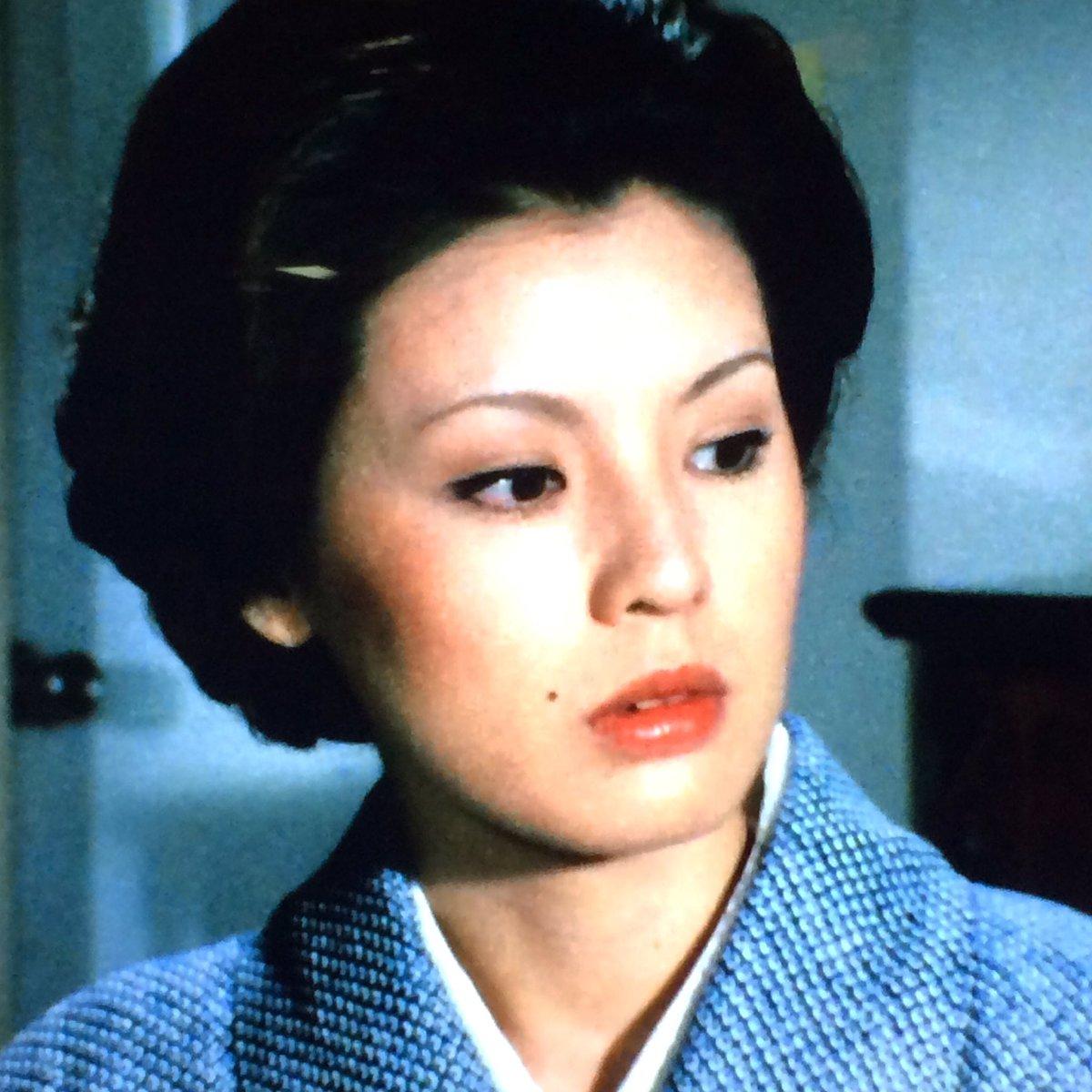 ドラマ内にて水色の着物姿で伏し目がちな篠ひろ子